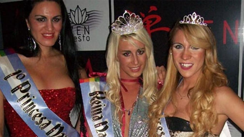 La reina rodeada de las princesas Gay 2012 (Foto Lugaresgaycba).