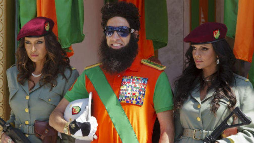 Sasha Baron Cohen interpreta a Aladeen, el dictador de Wadiya.