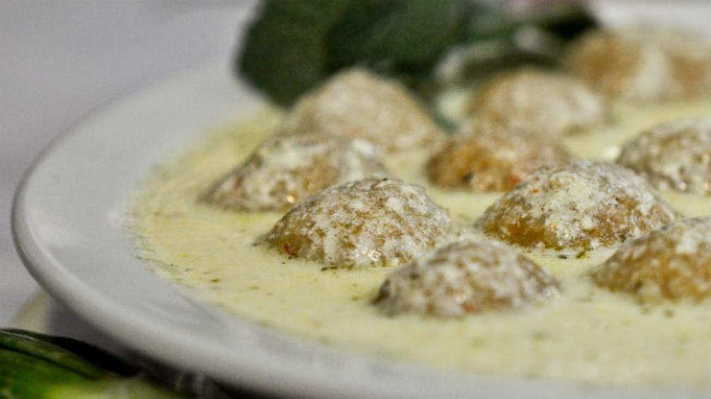 Kebbe Labanie, un plato de bombitas de kebbe rellenas con manteca, en caldo de laban con menta disecada.