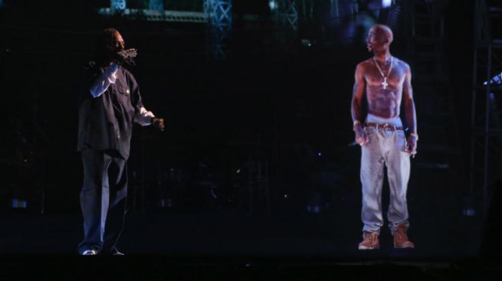 Snoop Dogg y Dr Dre invitaron a compartir su actuación a Tupac Shakur, que llegó directamente desde su tumba.