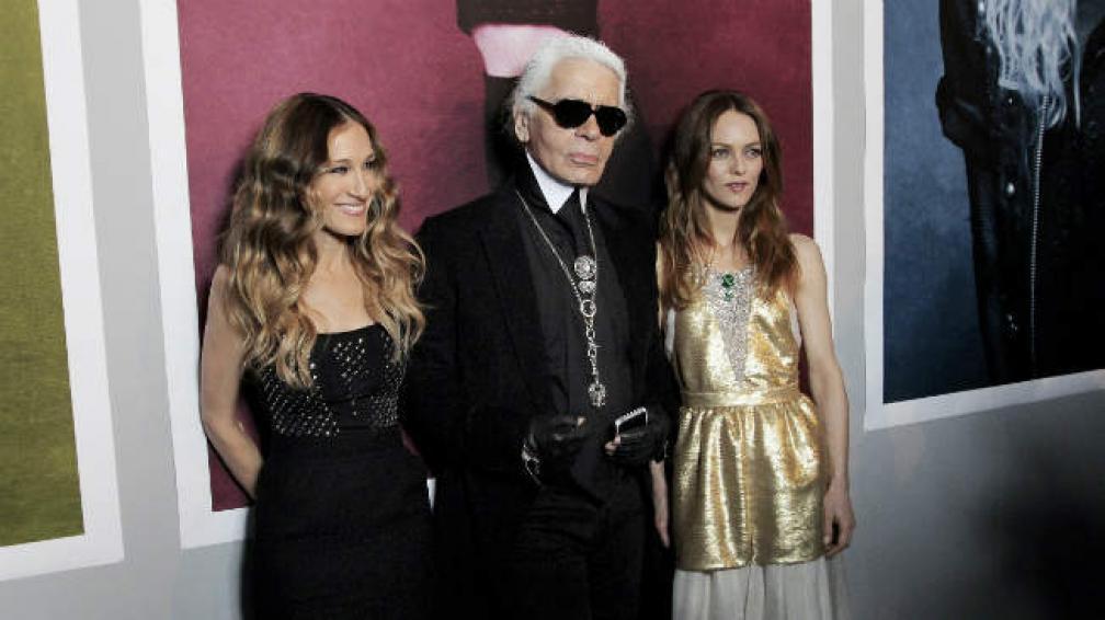 Sarah Jessica Parker junto a Karl Lagerfield y Carine Roitfeld, la editora de Vogue.