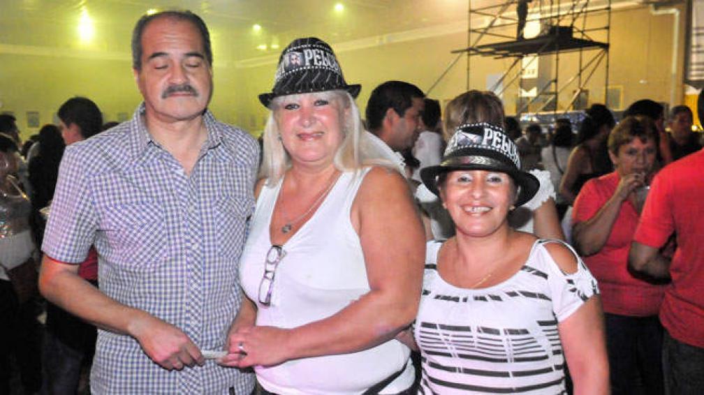 Roberto y Gladys, de barrio Ferroviarios Mitre, y Sandra, de barrio Maldonado, presentes en el primer show del regreso (foto: Sergio Ortega).