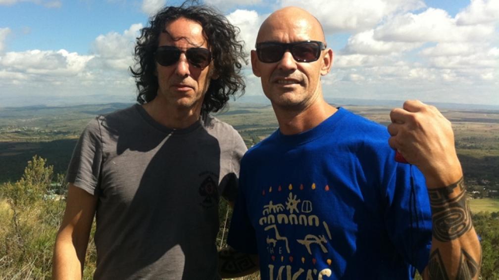 AMIGOS SON. Javier Calamaro y Daniel Verdú, de DTP, respirando aire puro en las sierras.