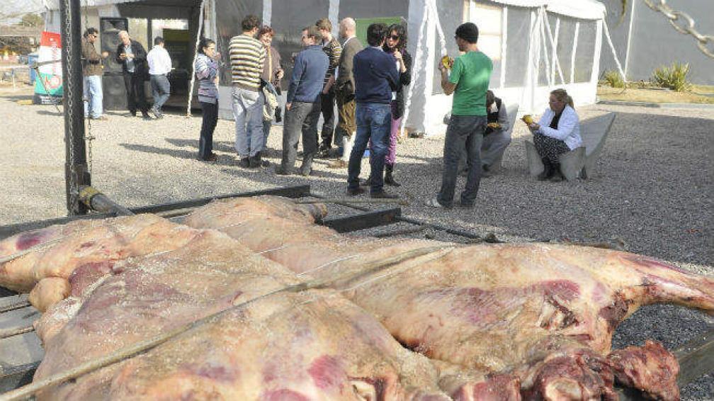 El lunes, la Semana Gourmet, comenzó en el Gran Vidrio, con el asado de una vaca entera.