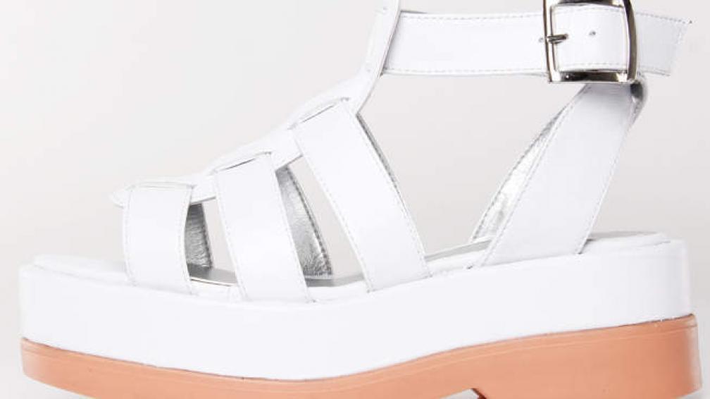 Sandalias blancas para salir al verano.