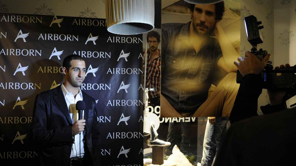 LUZ, CÁMARA, ACCIÓN. Brian Bigio, de Airborn, explicando el concepto de la nueva colección