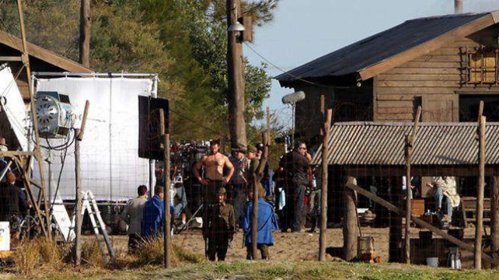 En el set, se recrea una cárcel japonesa. Al medio, Jackman, en cueros.