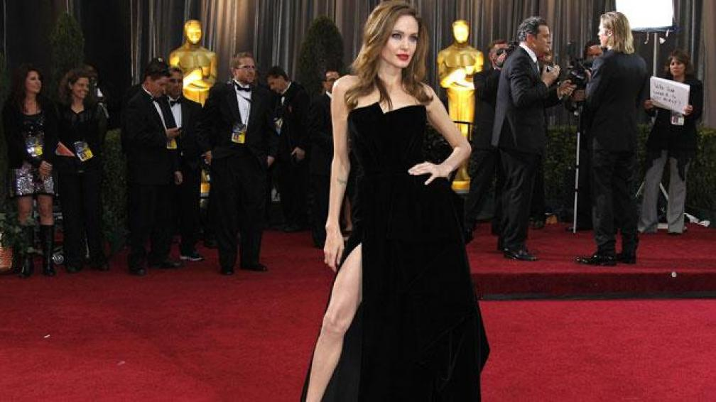 LA PIERNA DE ANGELINA. Para la foto, Angelina en los Oscar con un magnífico Versace mostrando piel