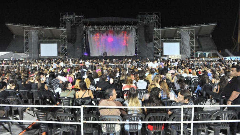 Más de 20 mil personas vieron el show de Arjona en el Kempes. Fotos: Sergio Cejas/La Voz.