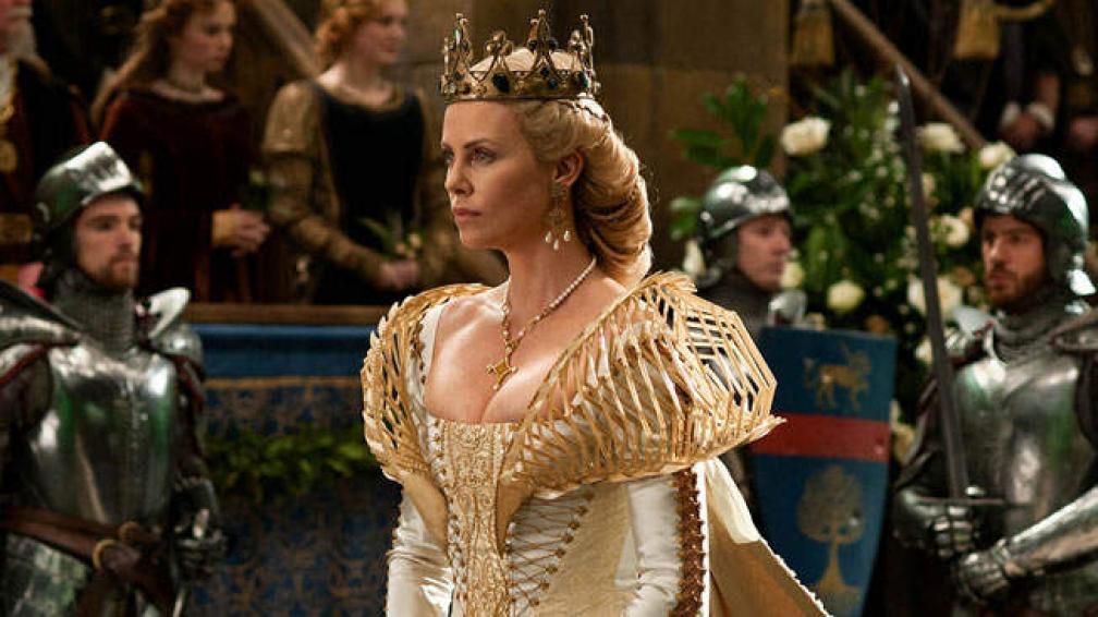 Reina mala. Charlize Theron compone un personaje maligno e intenso.
