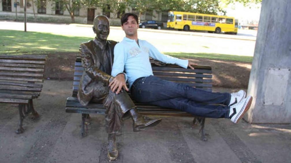 Martín Bossi, junto a la escultura de Olmedo, en los días de rodaje de la película.