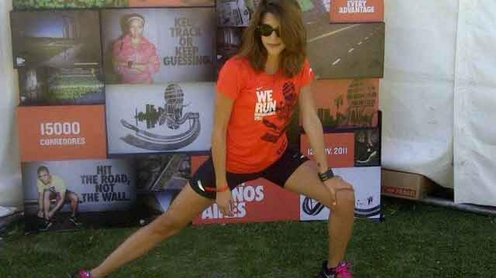 RUNNER. Calu, elongando antes de la maratón We Run Buenos Aires (Nike 10K)