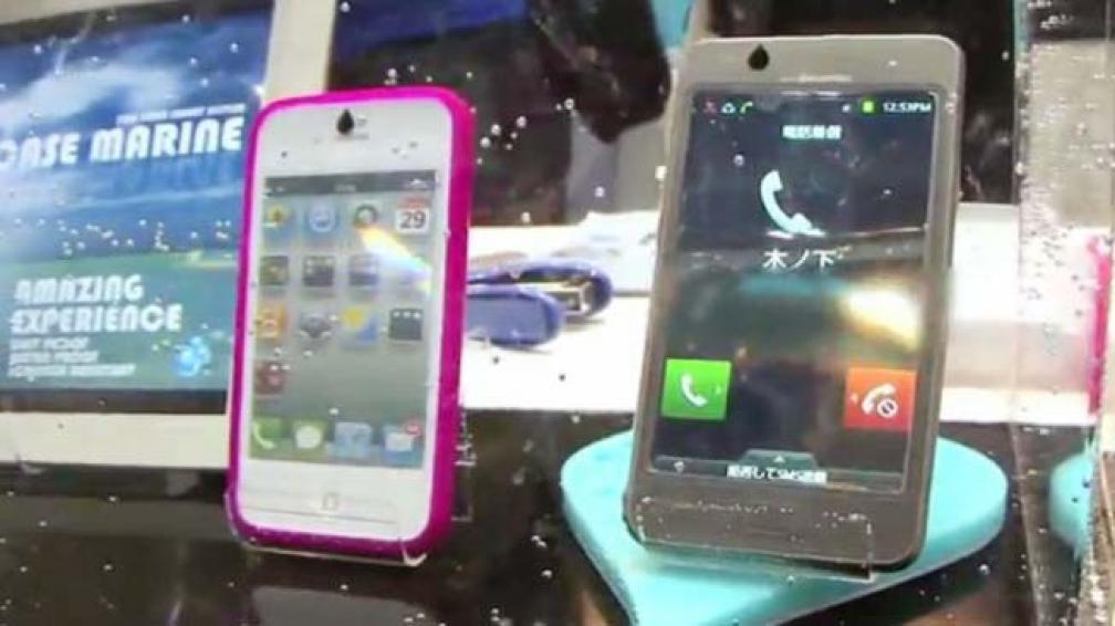 iPad, iPhone 4S y Samsung Galaxy S2, todos sumergidos en una pecera.