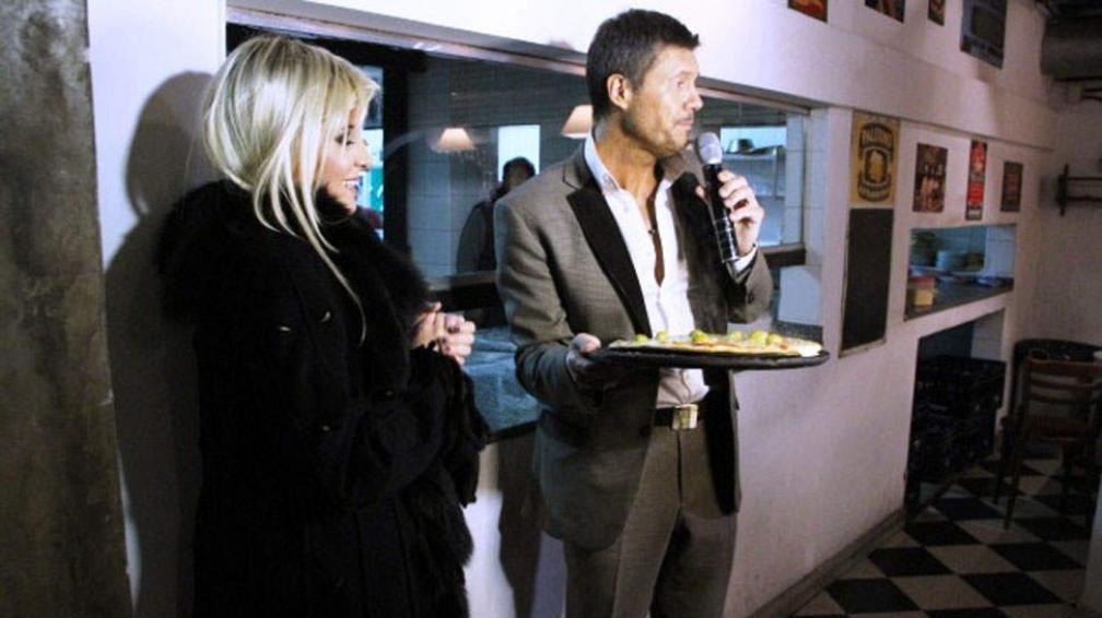 Charlotte Caniggia prueba las pizzas porteñas a pedido de Marcelo Tinelli.