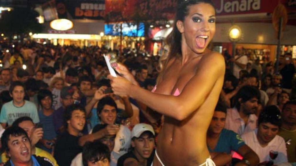 CINTHIA EN CAMPAÑA. La vedette con su hilo dental promocionándose para La Chica del Verano.