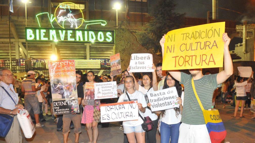 El sábado, un grupo de proteccionistas se reunió a reclamar por los derechos de los animales, en la entrada del predio.