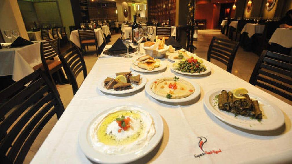 El lugar cuenta con salones diferenciados para cafetería y panadería, parrilla, comidas árabes y patio cervecero.