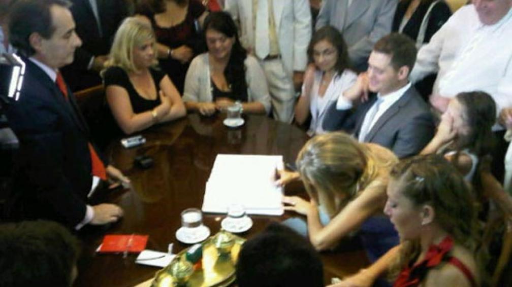 PONÉ LA FIRMA. Luisana firmando el libro de actas. Foto Web.