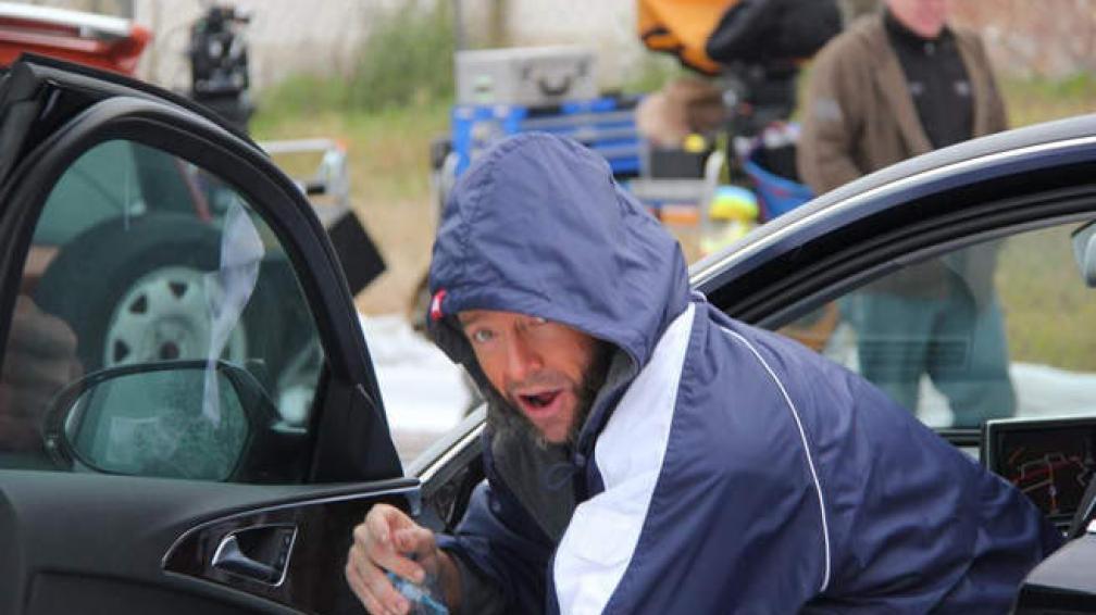 Hugh Jackman, en un alto de la filmación, tomando un agua.