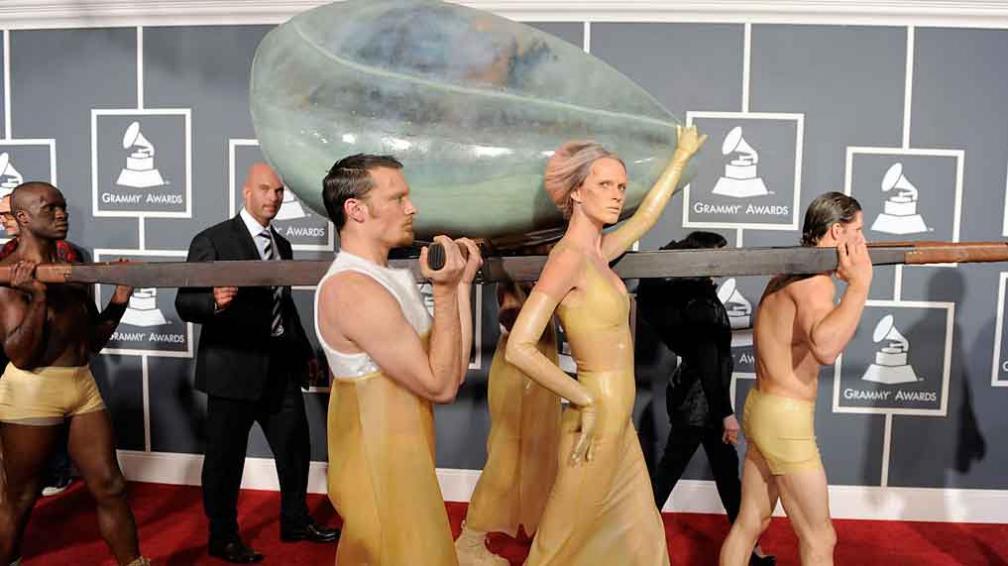 ASÍ LLEGÓ. Lady Gaga, trasladada en un huevo, llegó a la entrega de los Grammys