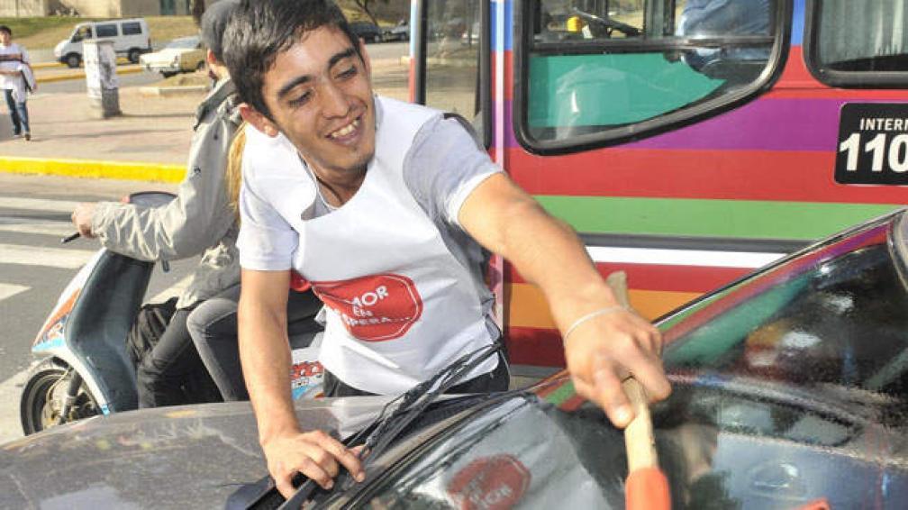 José Daniel Llanes tiene 24 años y hace 15 que está en las calles como limpiavidrios. Ahora, también pondrá su cuotita de humor en los semáforos.