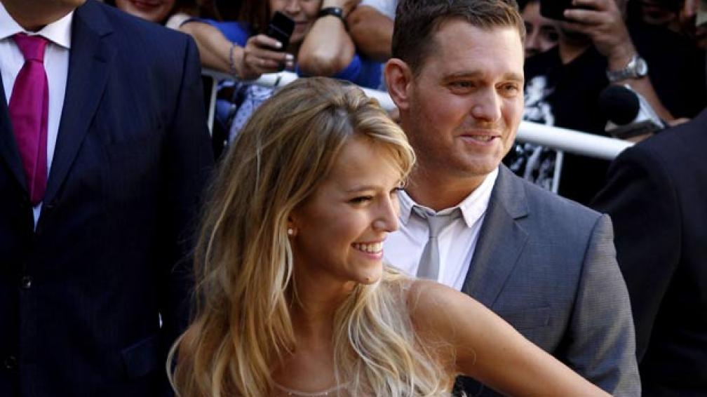 PAREJA FELIZ. Luisana y Michael a la salida del Registro Civil. Foto: AP.