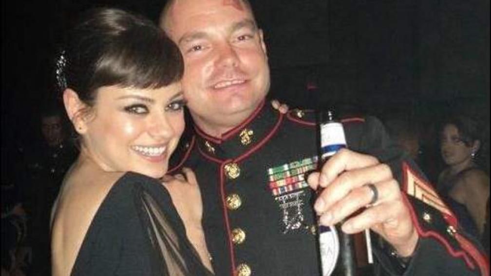 JUNTOS. Mila Kunis y el sargento Scott Moore se robaron todas la miradas. Foto: milakunis.net