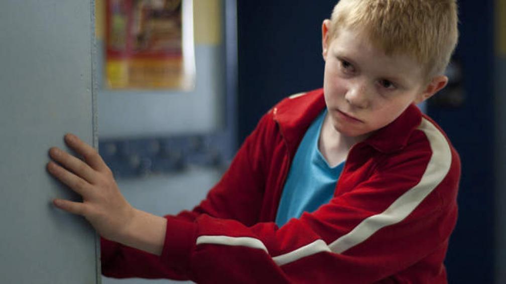 En la película, el pequeño Cyril está en un internado y escapa una y otra vez, a bordo de su bicicleta, para encontrar a su padre, que lo ha abandonado.