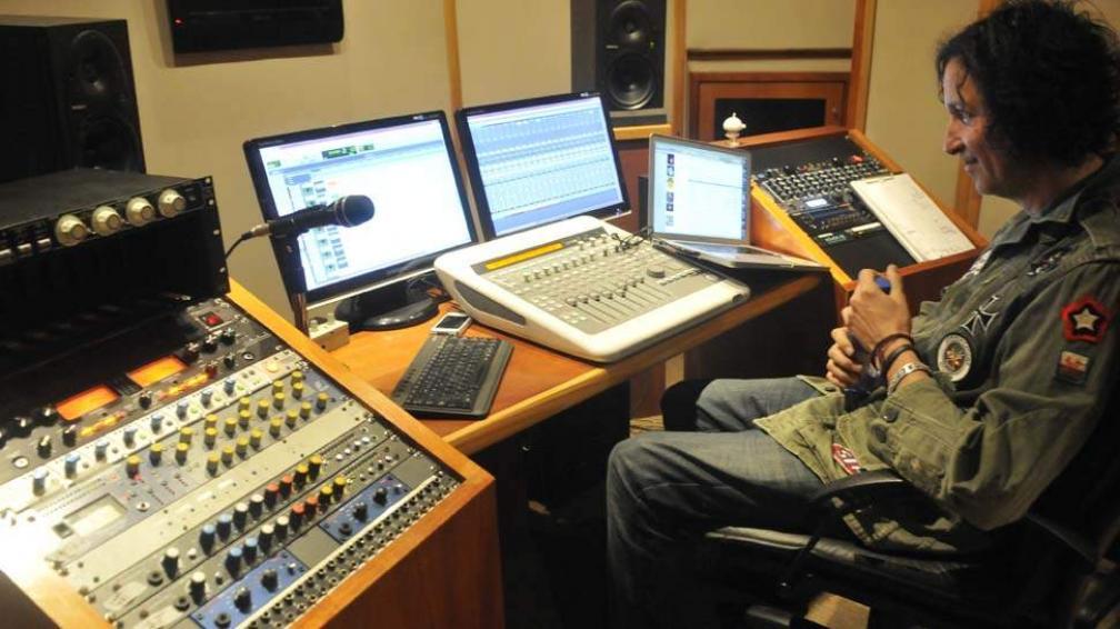 Raphael al frente de la consola y las pantallas, en medio de la producción del nuevo disco de PPM.