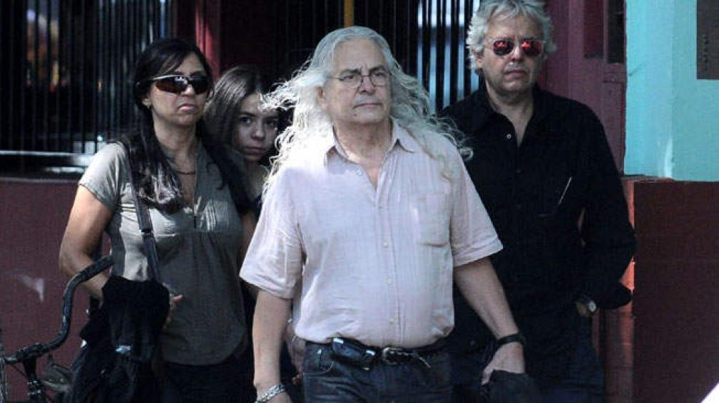 ÚLTIMO ADIÓS. Rodolfo García, baterista de Almendra, llegando al velatorio.
