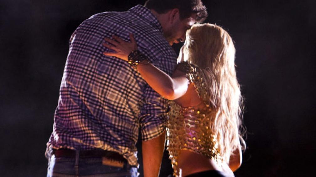 CLIMAX. Shakira hizo subir al escenario a su novio, Gerard Piqué. Foto: AP.