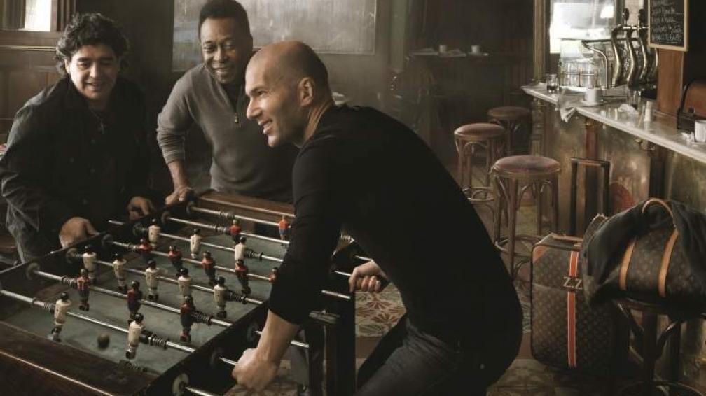 METEGOL DE AMIGOS. Pelé y Maradona olvidaban sus diferencias para juntarse con Zidane y hacer un metegol con las valijas LV como testigos. Otra vez, Annie Leibovitz