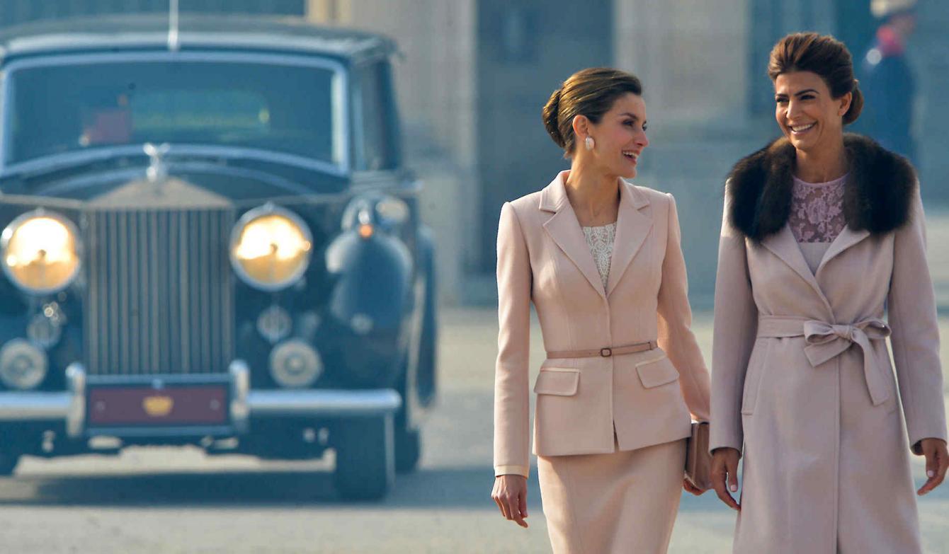 Mellizas que seducen: los looks de Juliana Awada y la reina Letizia
