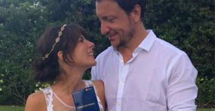 Nicolás Vázquez y Gimena Accardi se casaron por civil y terminaron en el agua: el look de la novia
