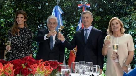 ¿Opción 1 o 2? Los looks de Juliana Awada para recibir al Presidente chileno