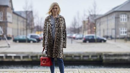 Un clásico en la vidriera: el tapado de leopardo es el abrigo trendy del otoño
