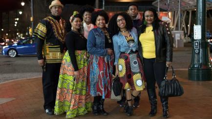¡Súper fanáticos! Fueron vestidos con ropa africana para ver