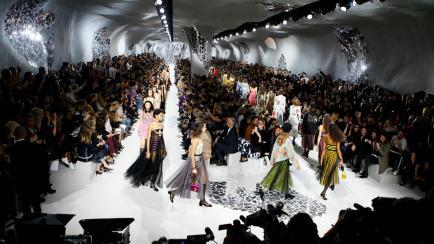 ¡Por el amor de Dior! Tules y feminismo rocker en una pasarela inspirada en Gaudí