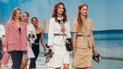 Lo que faltaba: Chanel inventó una playa (con arena y olas) para su desfile en París