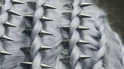 Aros en el pelo: una moda rockera