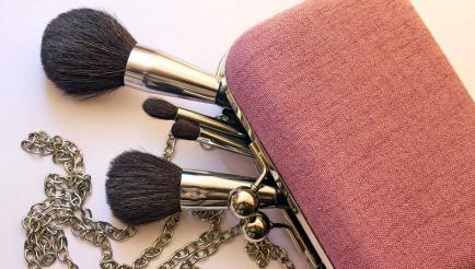 4 productos que no deberían faltar en el bolso de una mujer
