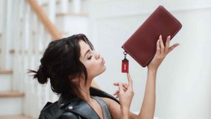 Selena Gómez va otra vez por el diseño de moda