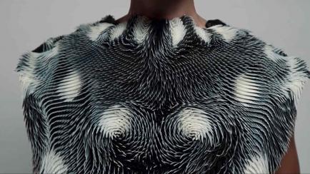 Moda responsive: una remera que cambia de forma según cómo la mires