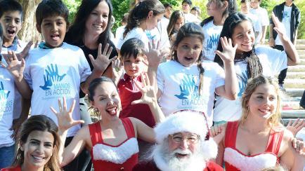 """Con look """"Papá Noel"""", Juliana Awada recibió niños en Olivos"""