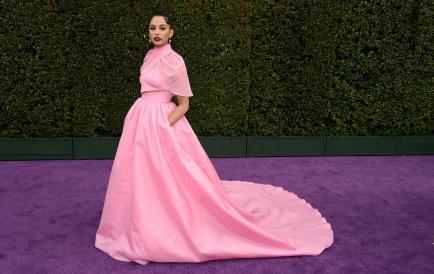 Naomi Scott lució como una verdadera princesa en la alfombra roja de