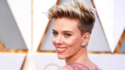 Scarlett Johansson fue a los Oscar sin base de maquillaje, pero descubrimos su secreto
