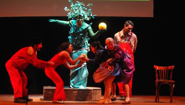 El Elenco Teatral Desafiarte presenta 'Los García/González on line', creación colectiva.