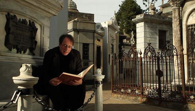 Las citas que leern los vivos de los muertos que reposan en la Recoleta hilvanan una batalla discursiva.