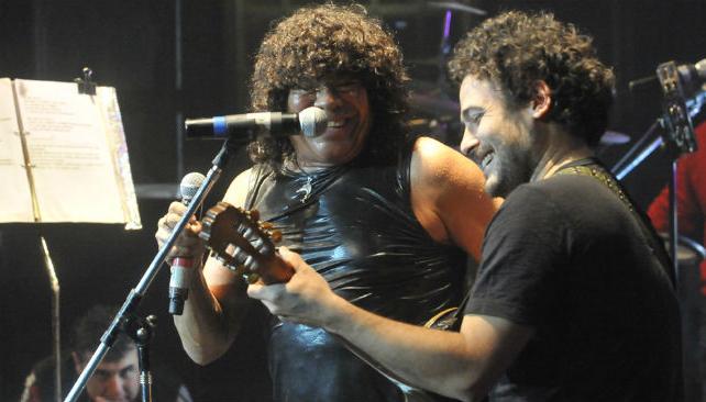 Raly Barrionuevo llegó, como había prometido. Cantaron 'Zamba de Alberdi'.