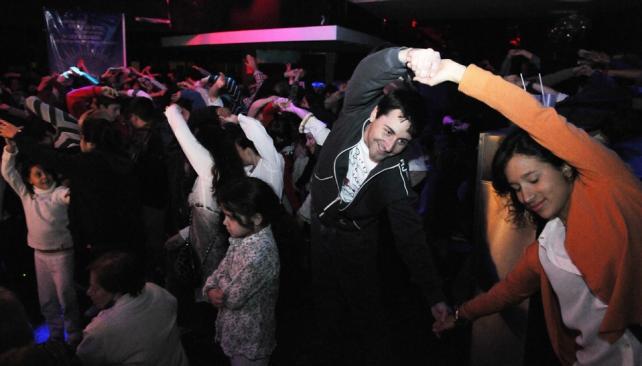 En Carreras, personas de varias edades llegaron a meditar y bailar en la Yoga Rave (fotografías de Facundo Luque).